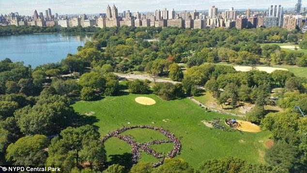 Хиляди изобразиха знака за мир в чест на Ленън