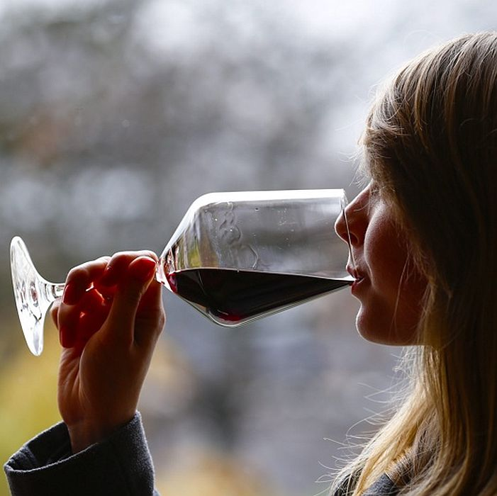 Чаша червено вино помага за зачеване