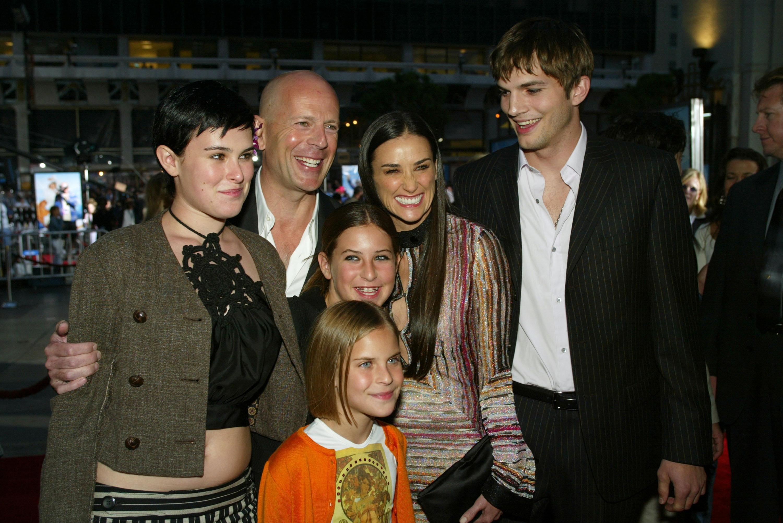 Брус Уилис и Деми Мур с дъщерите си и Аштън Кътчър