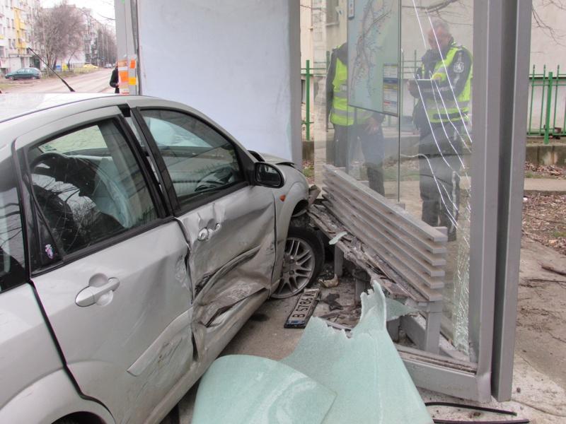 Кола се вряза в автобусна спирка заради катастрофа (Снимки)