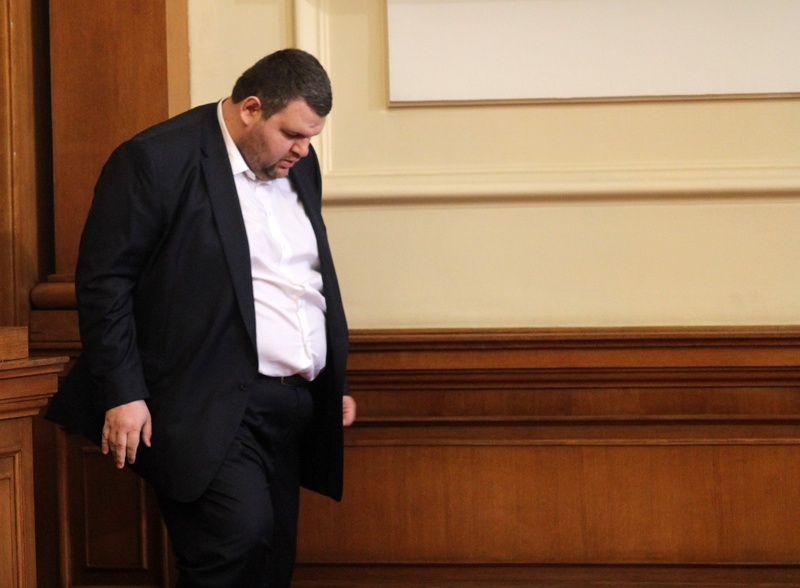 Пеевски продаде дяловете си в 3 офшорни фирми