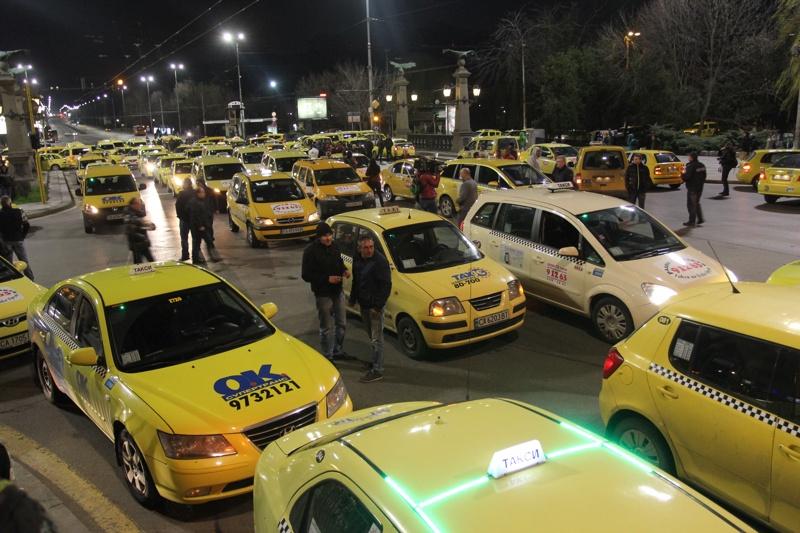 Парламентът въведе алтернативен данък за такситата
