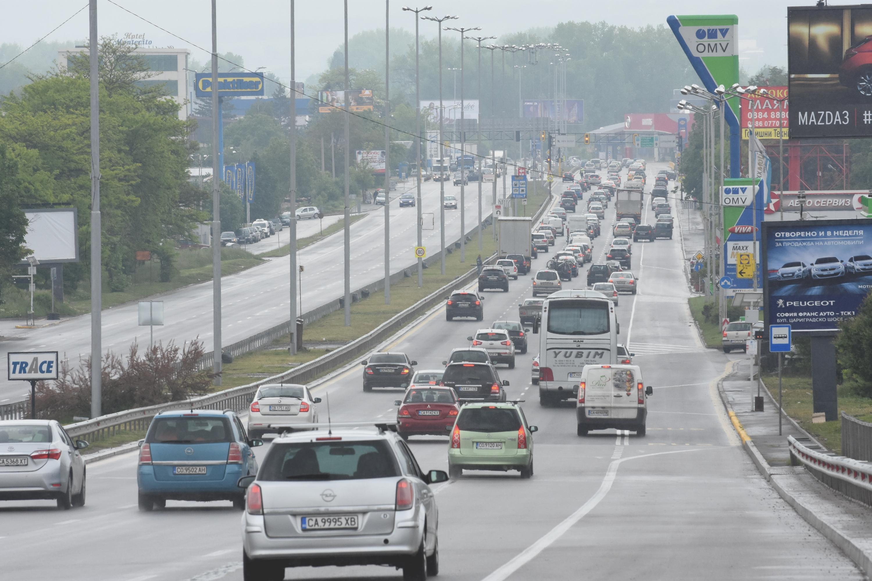 Задръствания и хаос по пътищата в първия почивен ден (обзор)