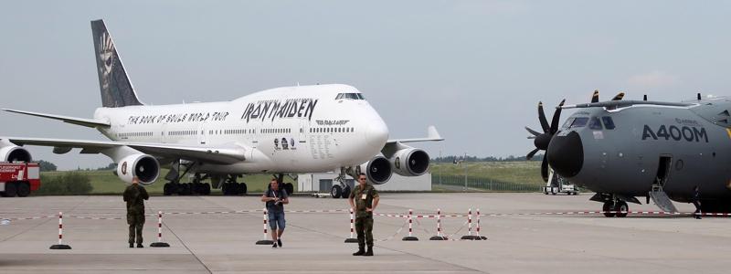 Самолетите на Iron Maiden, на Меркел и Оланд един до друг