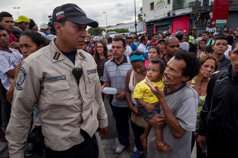 Стотици арестувани при гладни бунтове във Венецуела (Снимки)