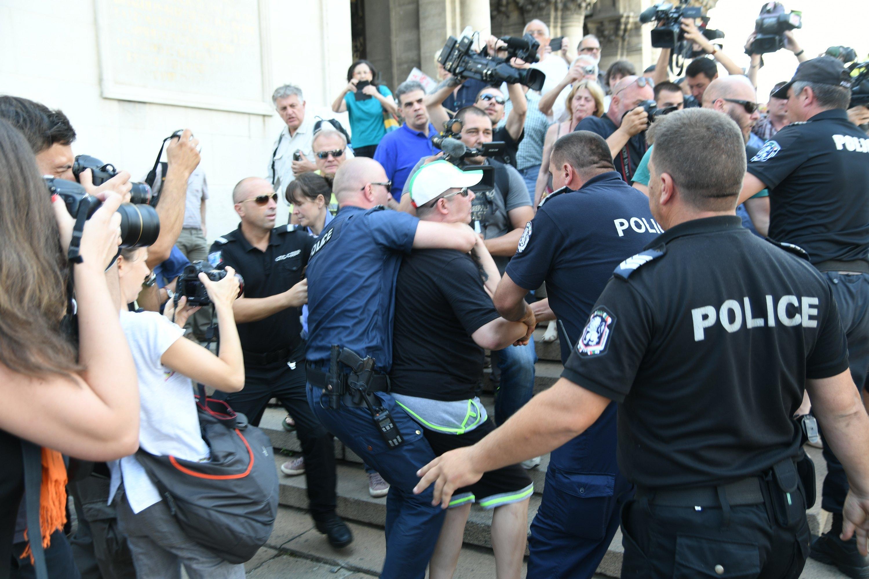 """Сбиване пред """"Александър Невски"""" заради рокерите на Путин"""