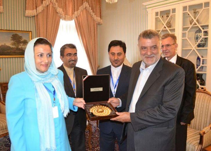 Танева договори износ на български пчелен мед в Иран