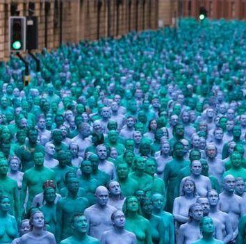 Хиляди голи и боядисани в синьо и зелено пред обектива