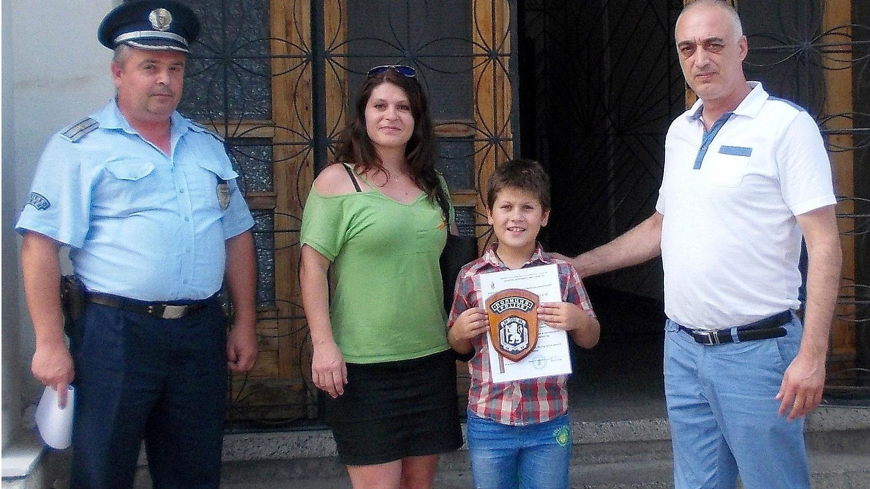9-годишен син на полицай намери 2000 лв. и ги върна