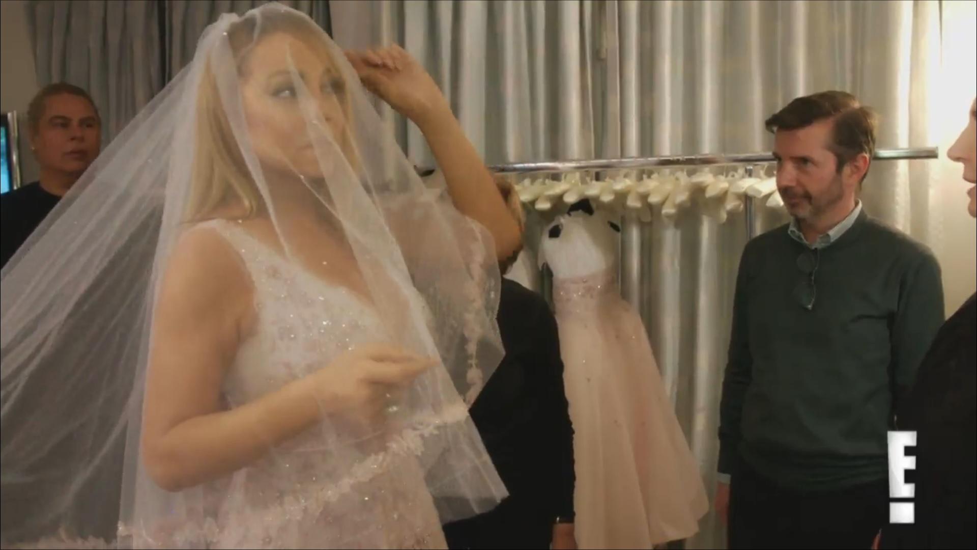 Марая Кери показа как избира булчинска рокля