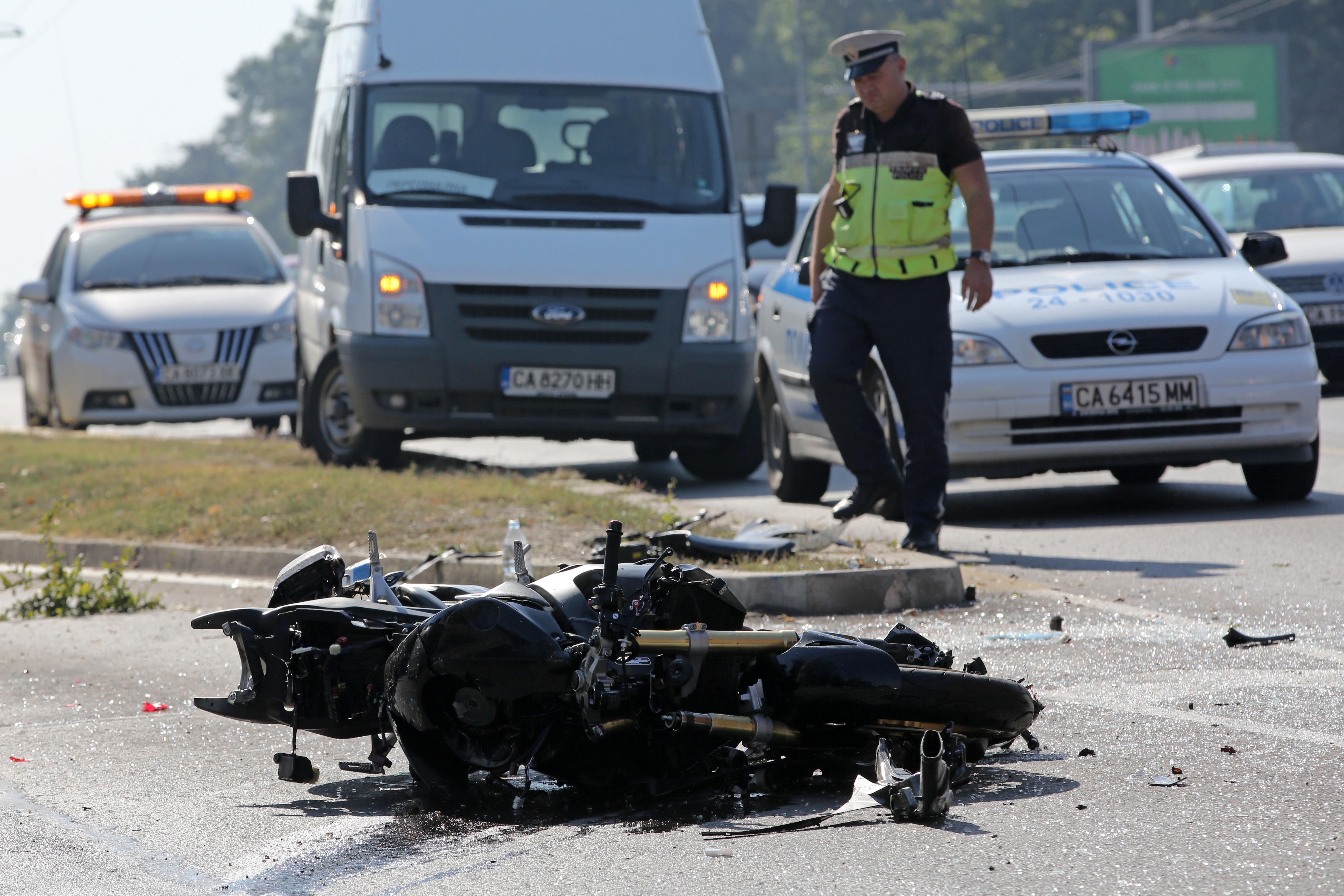 Моторист се бори за живот, блъснат след отнето предимство