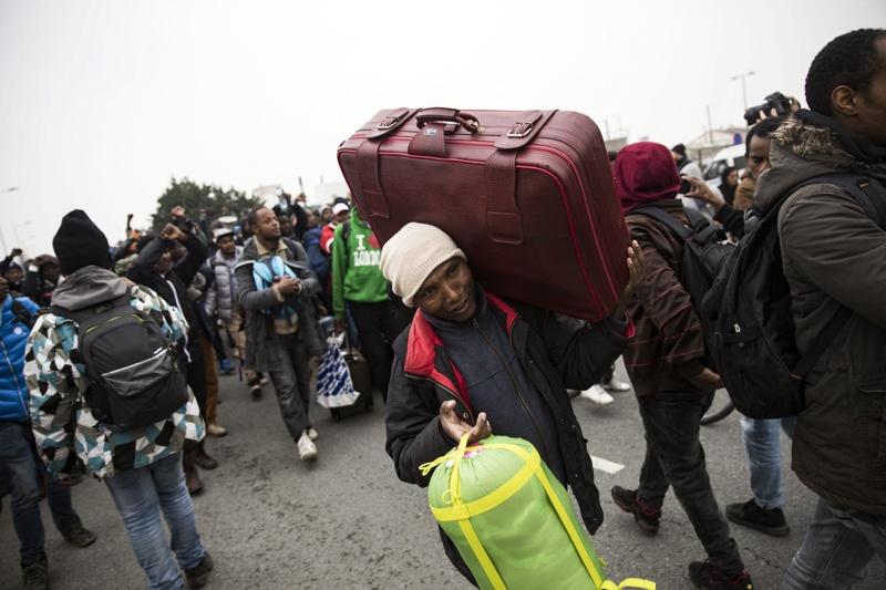 """Над 2300 мигранти са изведени за ден от """"Джунглата"""" в Кале"""