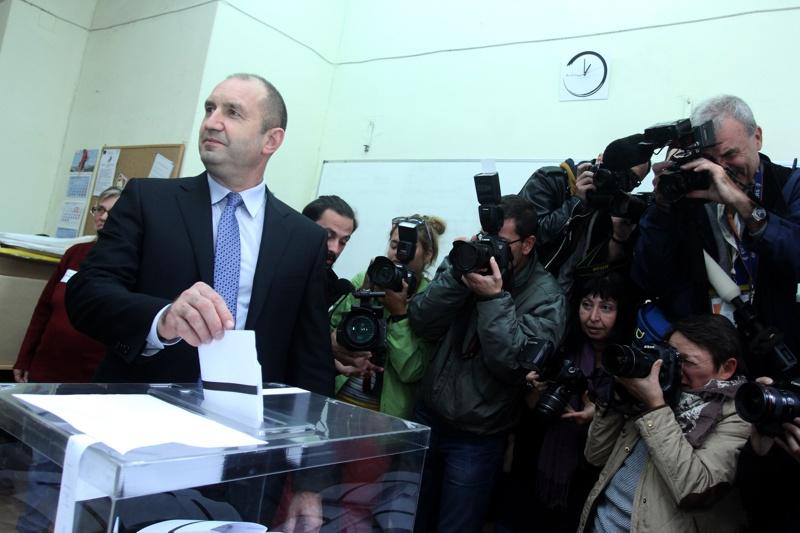 Надпартиен ли е президентът Радев?