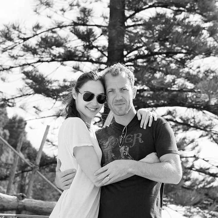 Гал със съпруга си Ярон Версано