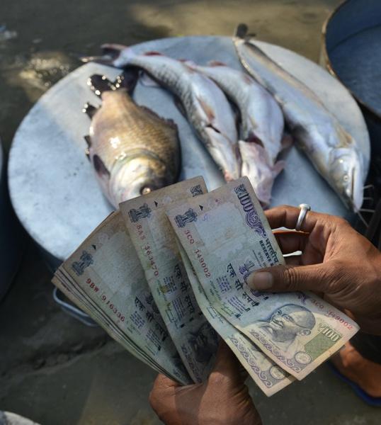 Хаос в Индия при подмяна на банкноти