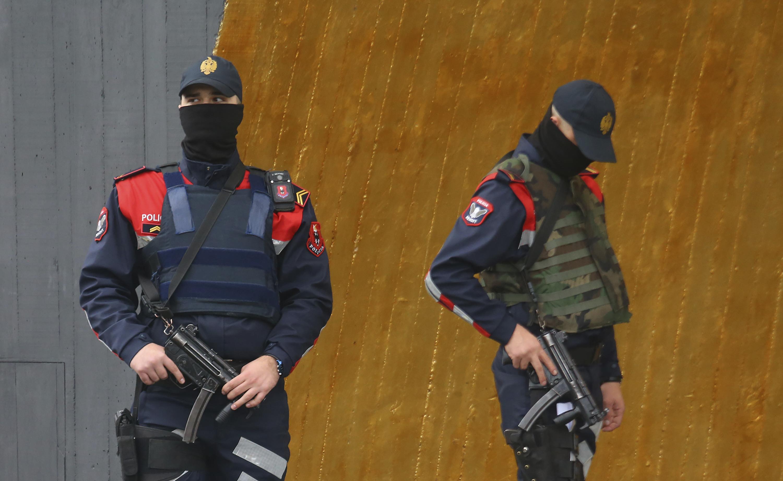 Охранител и командоси стоят зад обира пред летището в Тирана