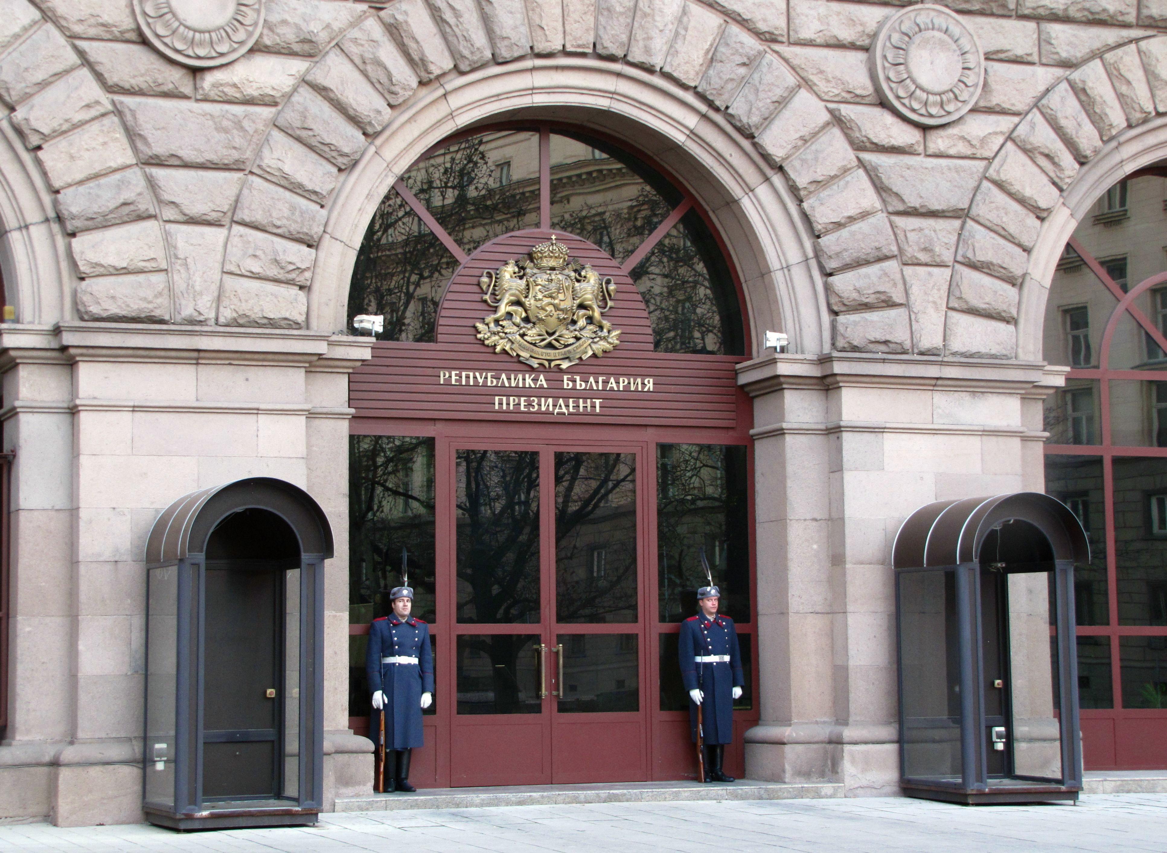 Радев извика Цацаров и шефовете на служби заради Турция