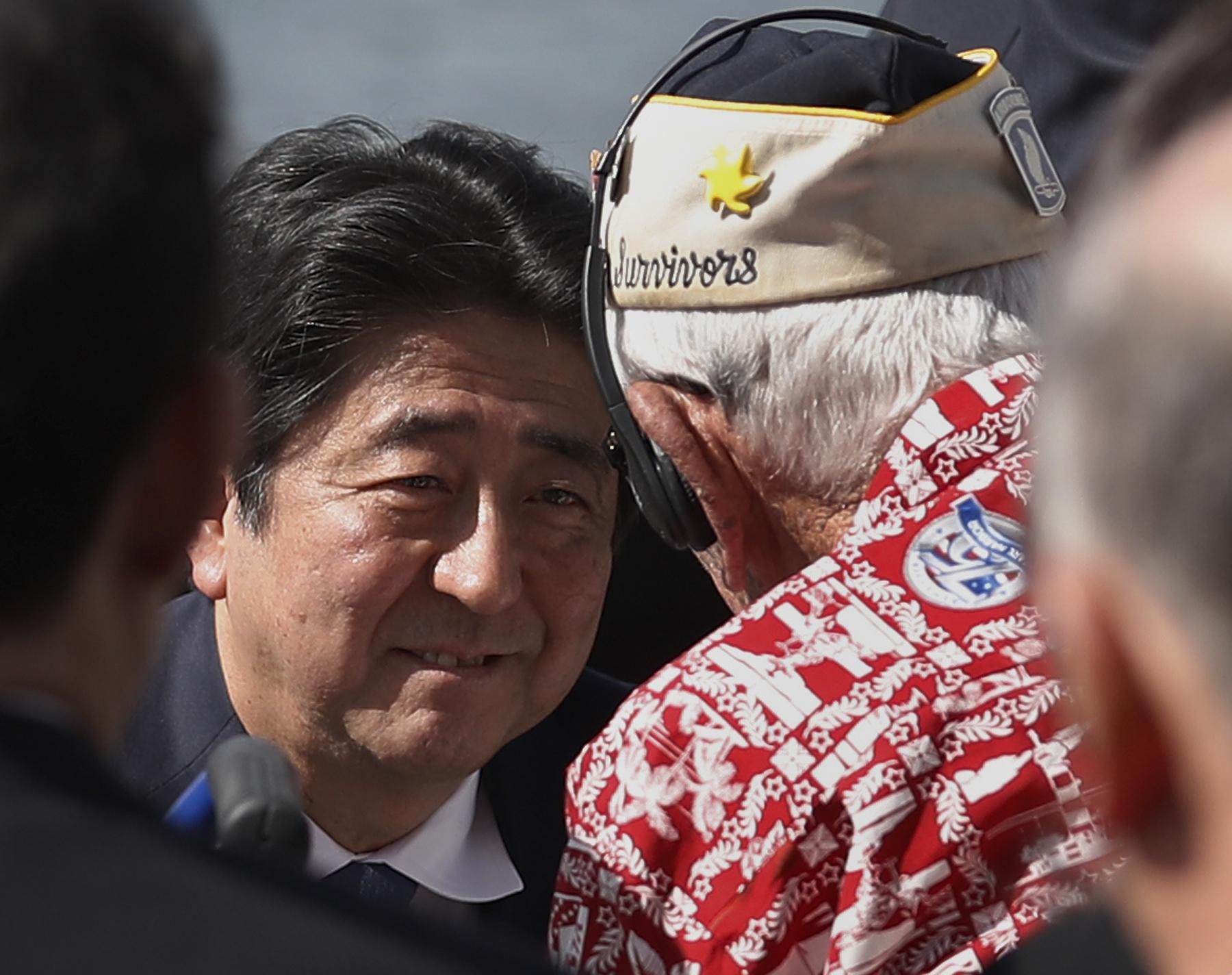 Премиерът на Япония положи венец в Пърл Харбър
