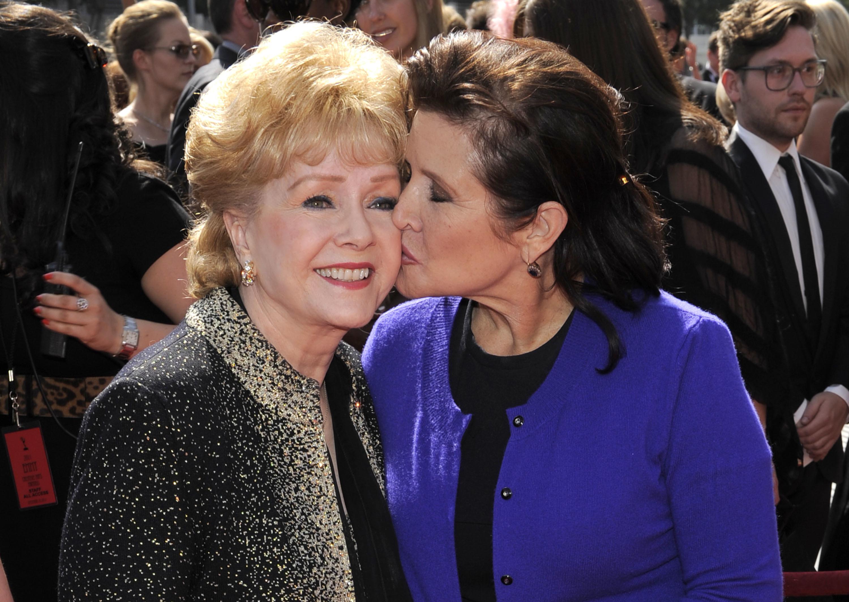 Актрисите Деби Рейнолдс и Кари Фишър бяха погребани заедно