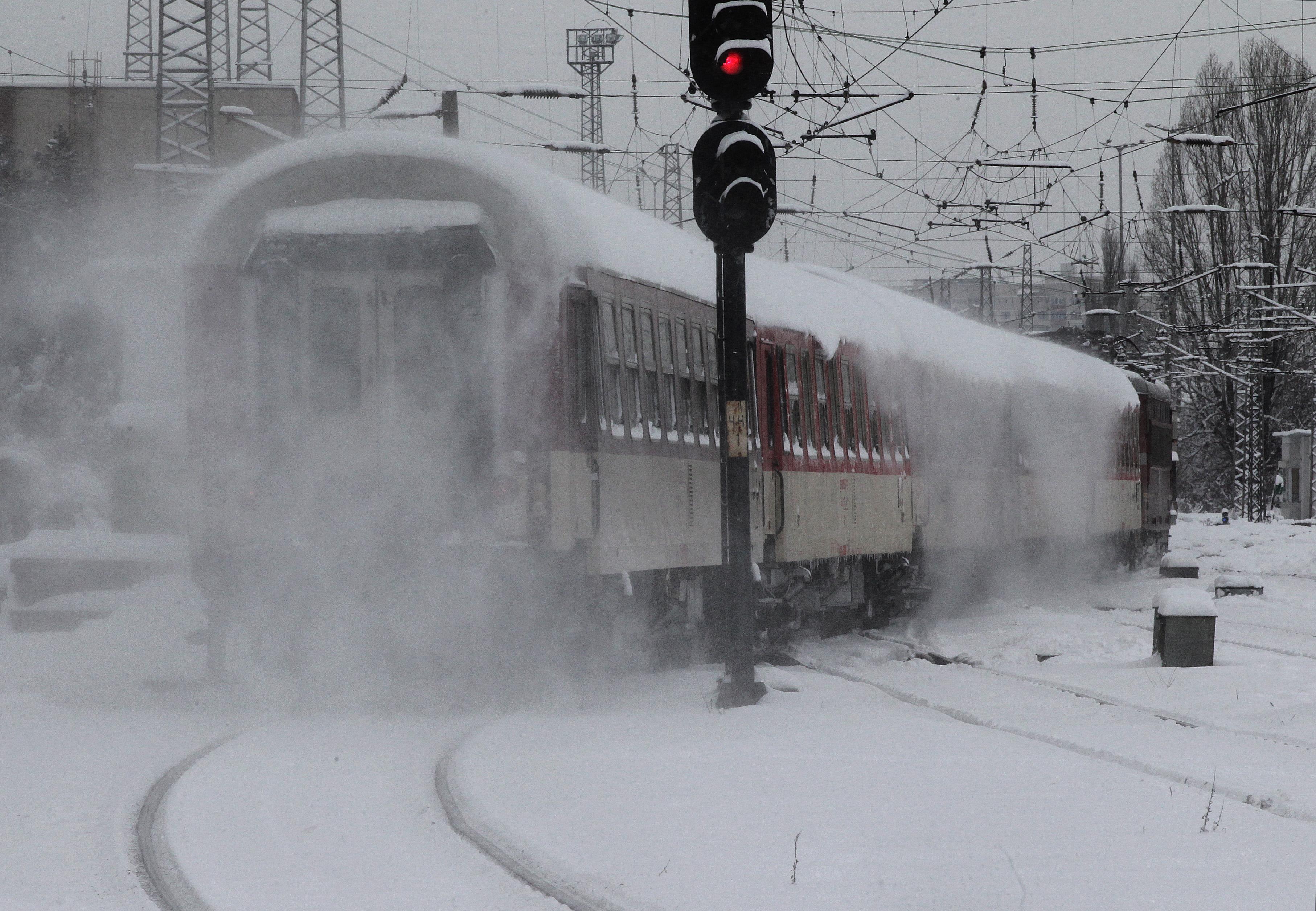 Замръзнали стрелки на жп линии спряха влакове