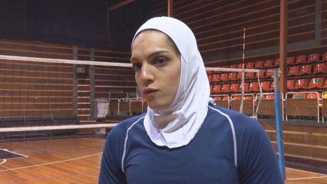 Иранка играе волейбол с хиджаб в шуменски тим
