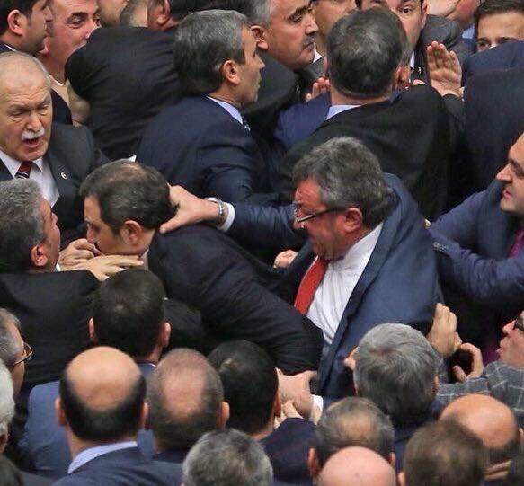 Турски депутати се сбиха заради операцията в Африн