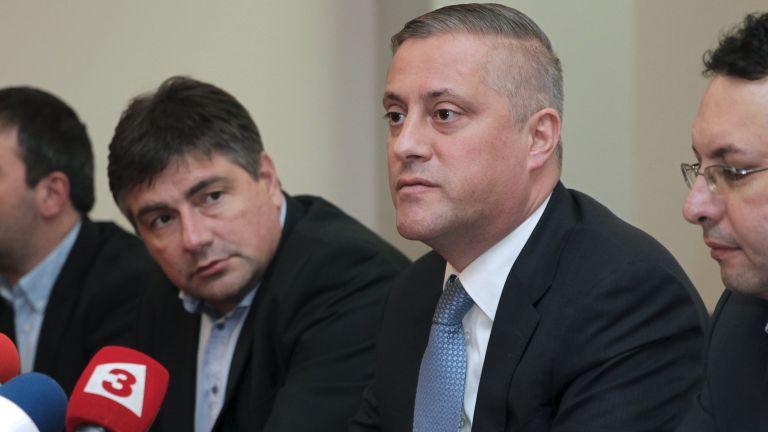 Сини активисти: Мутри на Лукарски не ни пускат на НС