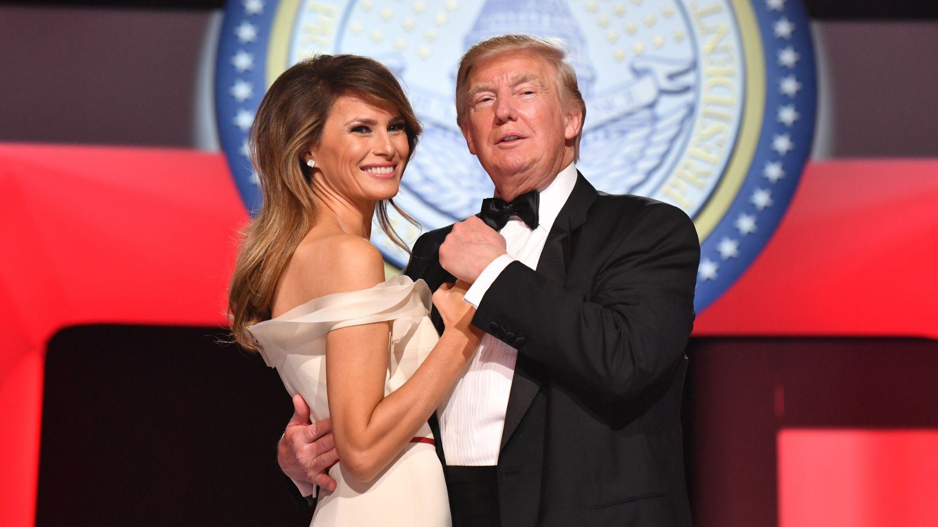 Белият дом отбеляза 15-годишнината на Доналд Тръмп и Мелания с невиждана досега снимка