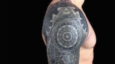Бяло върху черно - новият начин за справяне с несполучливи татуировки