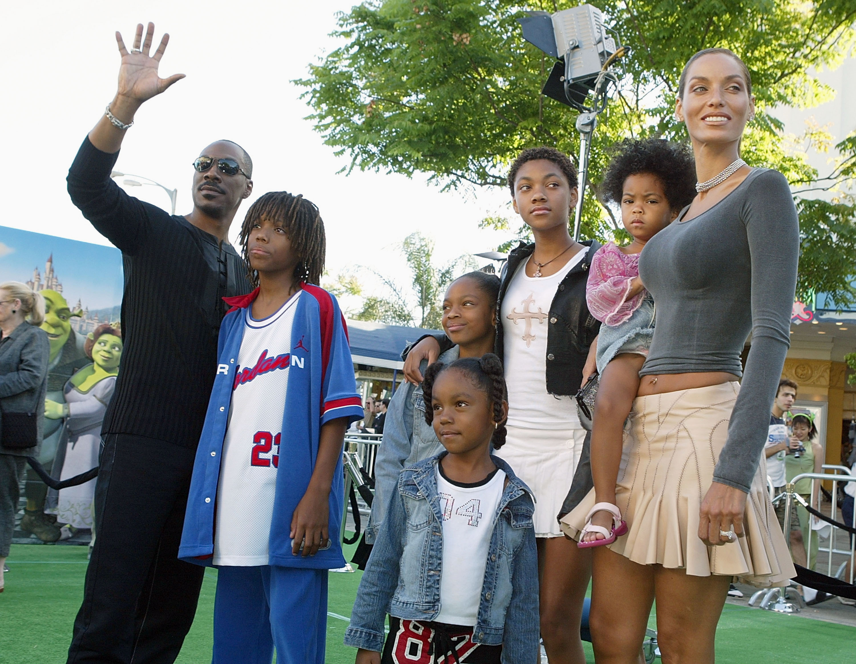 Еди Мърфи с бившата си съпруга Никол Мичъл и петте им деца