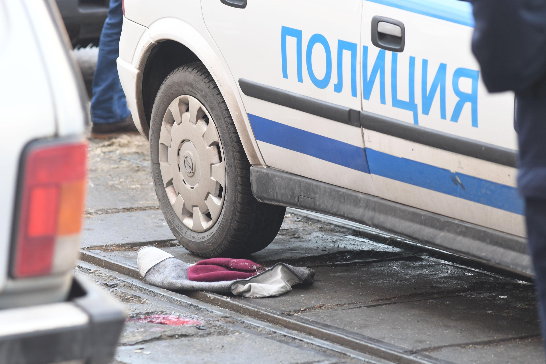Трима биха и рязаха жена в София, за да я ограбят