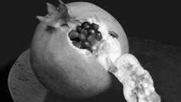 Иглена Русева се покланя на черно-бялата фотография