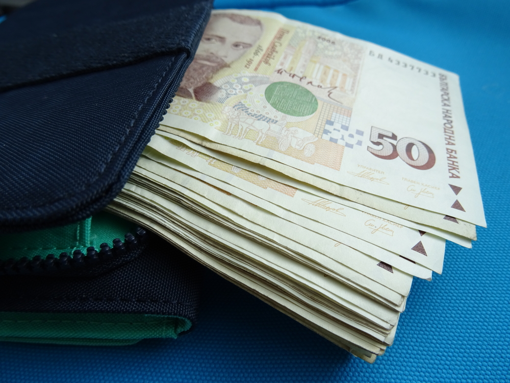 Още една възрастна жена даде огромна сума на измамници