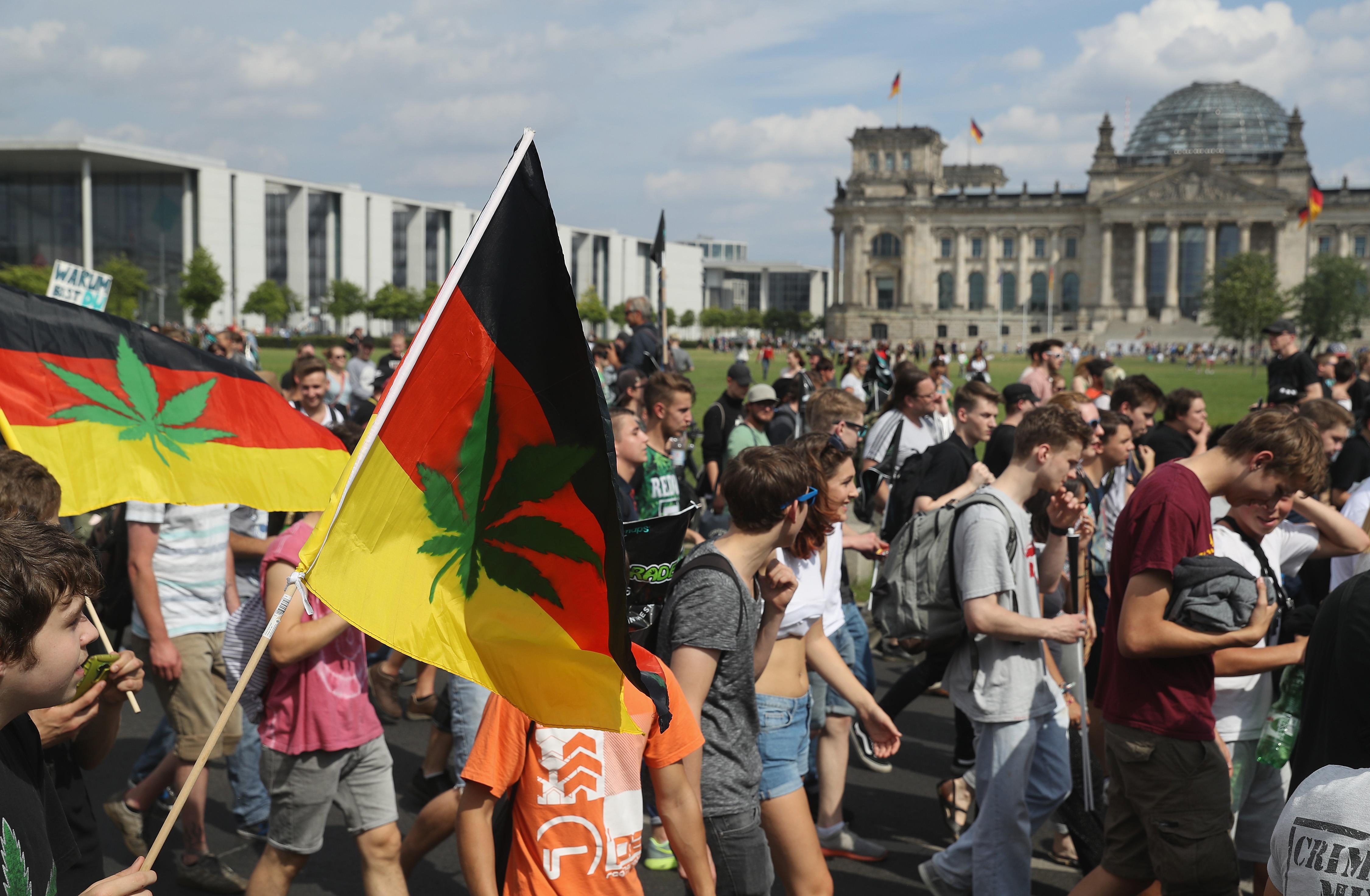 Германия пусна обява: Търсят се държавни дилъри на марихуана