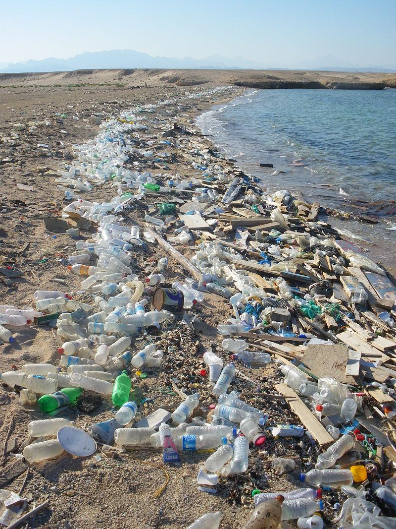 Десеткилометров остров от смет се носи в морето край Тайланд