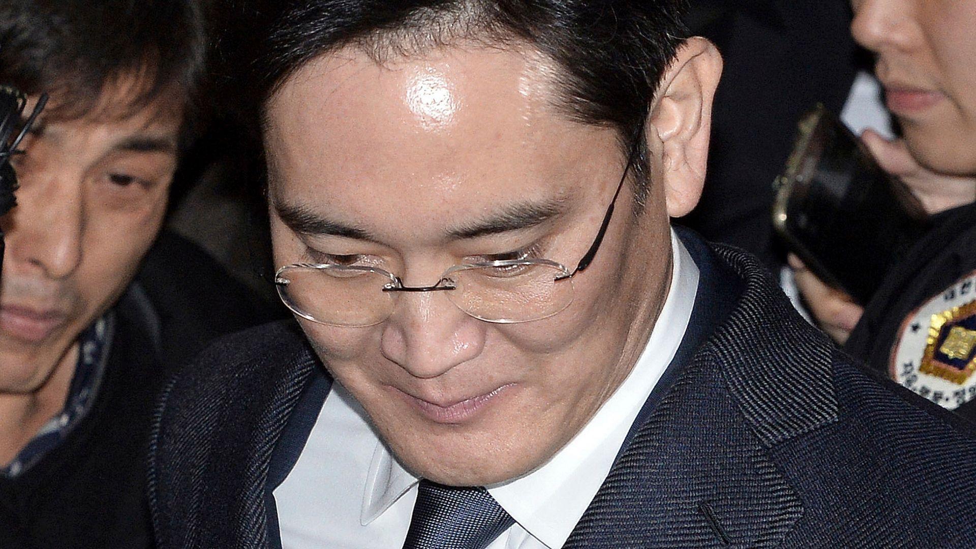 Наследникът на Самсунг ще излезе от затвора под гаранция