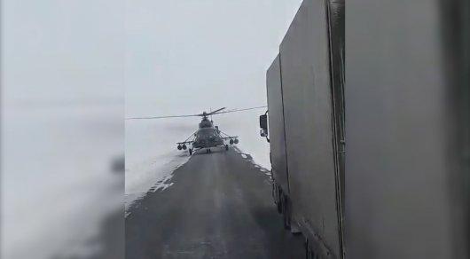 Военен пилот кацна на шосе, пита за пътя (видео)