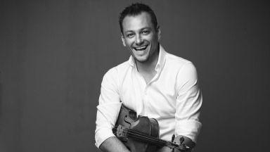 Максим Рисанов изпълнява и  дирижира творба на Добринка  Табакова със Софийската филхармония