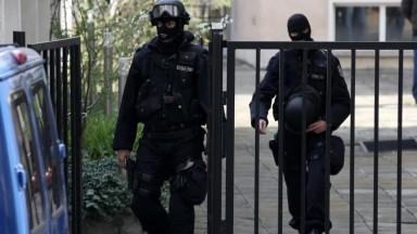 """Отряд """"Кобра"""" и ГДБОП задържаха трима с хиляди фалшиви евро и долари (снимки)"""