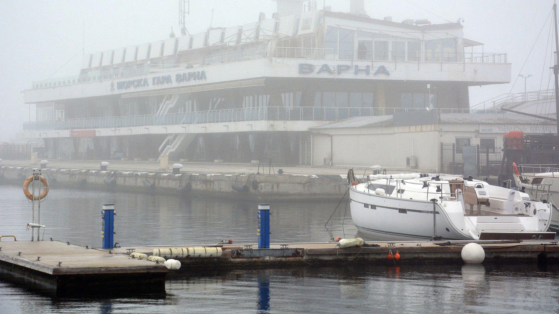 Водолазни екипи издирват 22-годишен белгиец, паднал от яхта в района