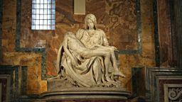 Кой посегна на Божията майка и Сина с чук?