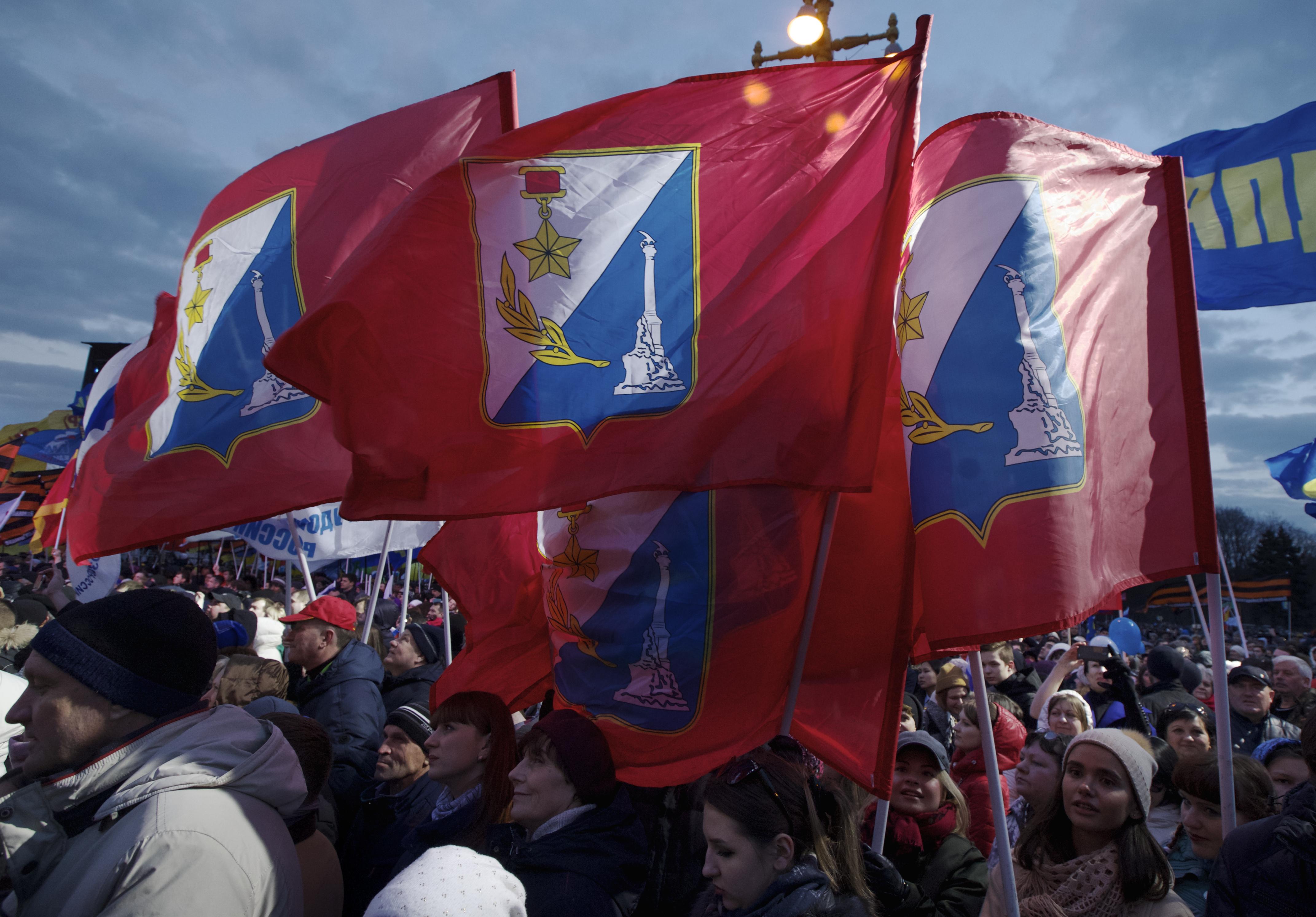 Големи маневри в Крим: Русия стоварва десант от 2500 военни