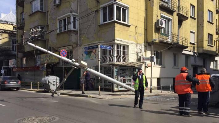 Стълб рухна в центъра на София (снимки)