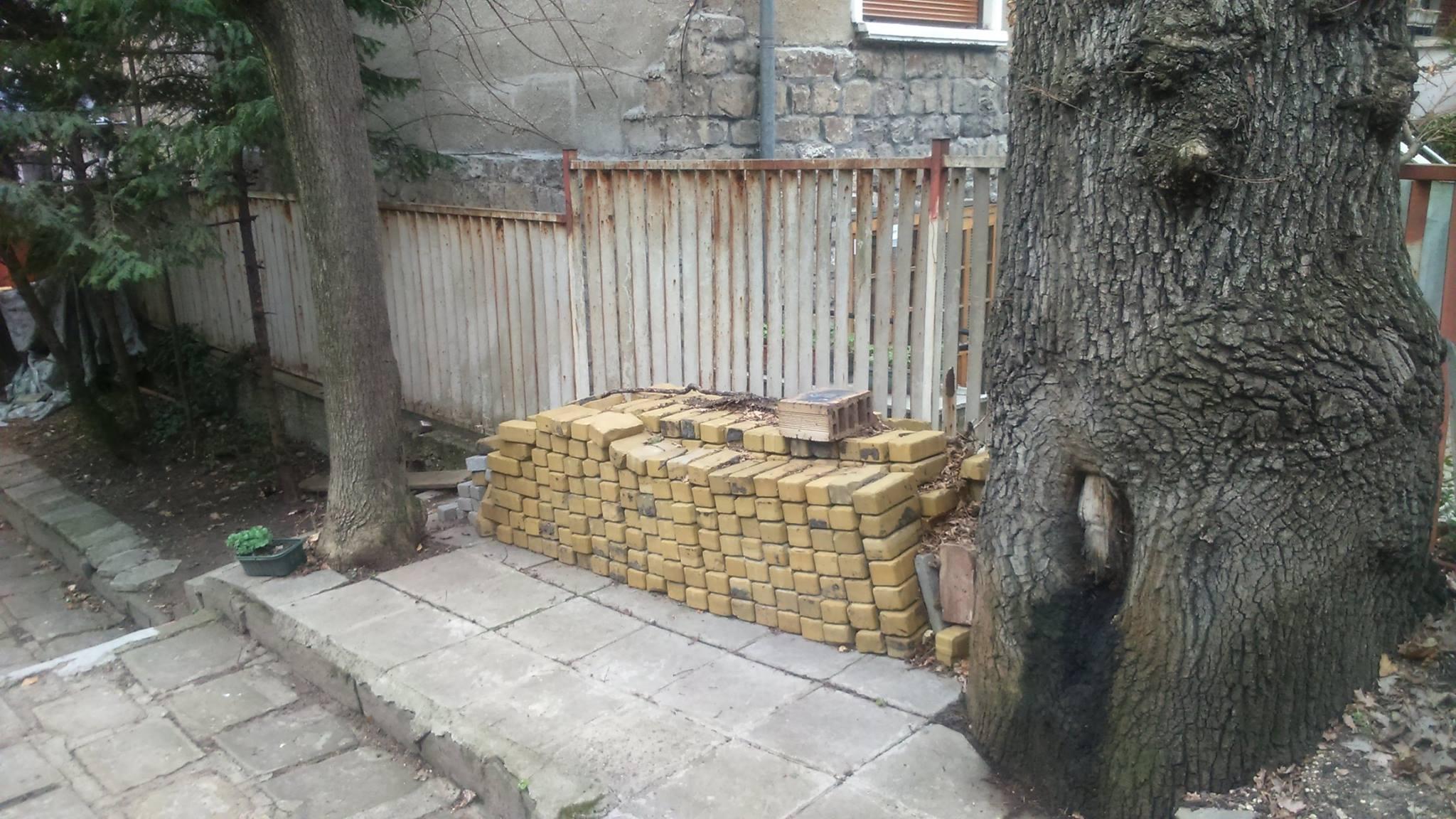 Резултат с изображение за Кандидат-депутати от НР откриха жълти павета в двор на къща