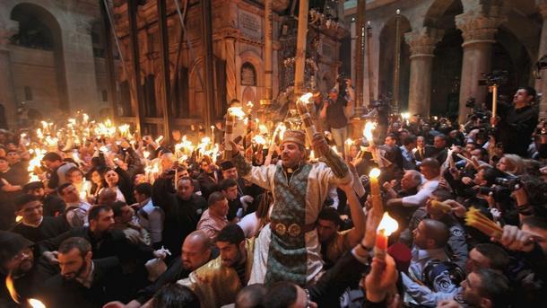 Благодатният огън слезе в параклиса на Божи гроб