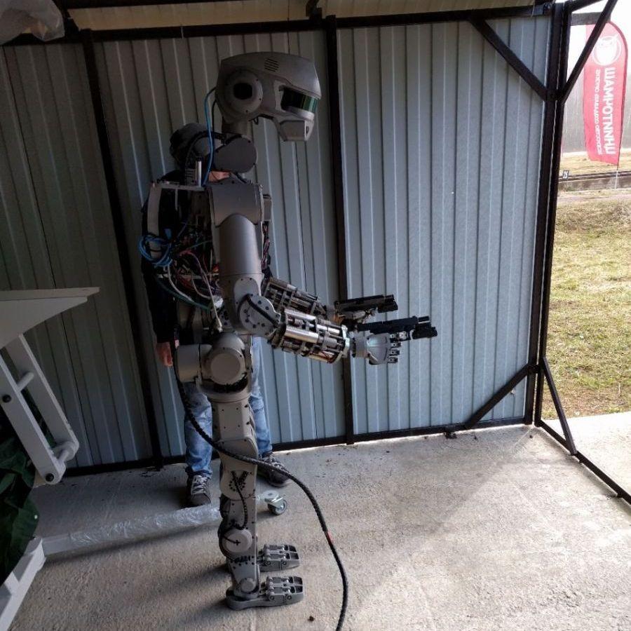 Руският робот Фьодор стреля с пистолет (видео)