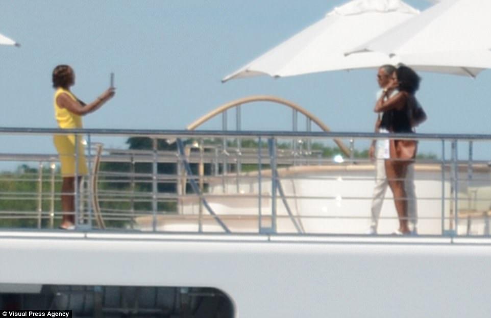 Семейство Обама на яхта с Ханкс и Уинфри в Таити