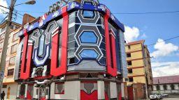 Фреди Мамани Силвестър строи жилища за извънземни