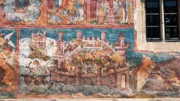 Вижте уникални манастири в Румъния, изрисувани със стенописи отвън