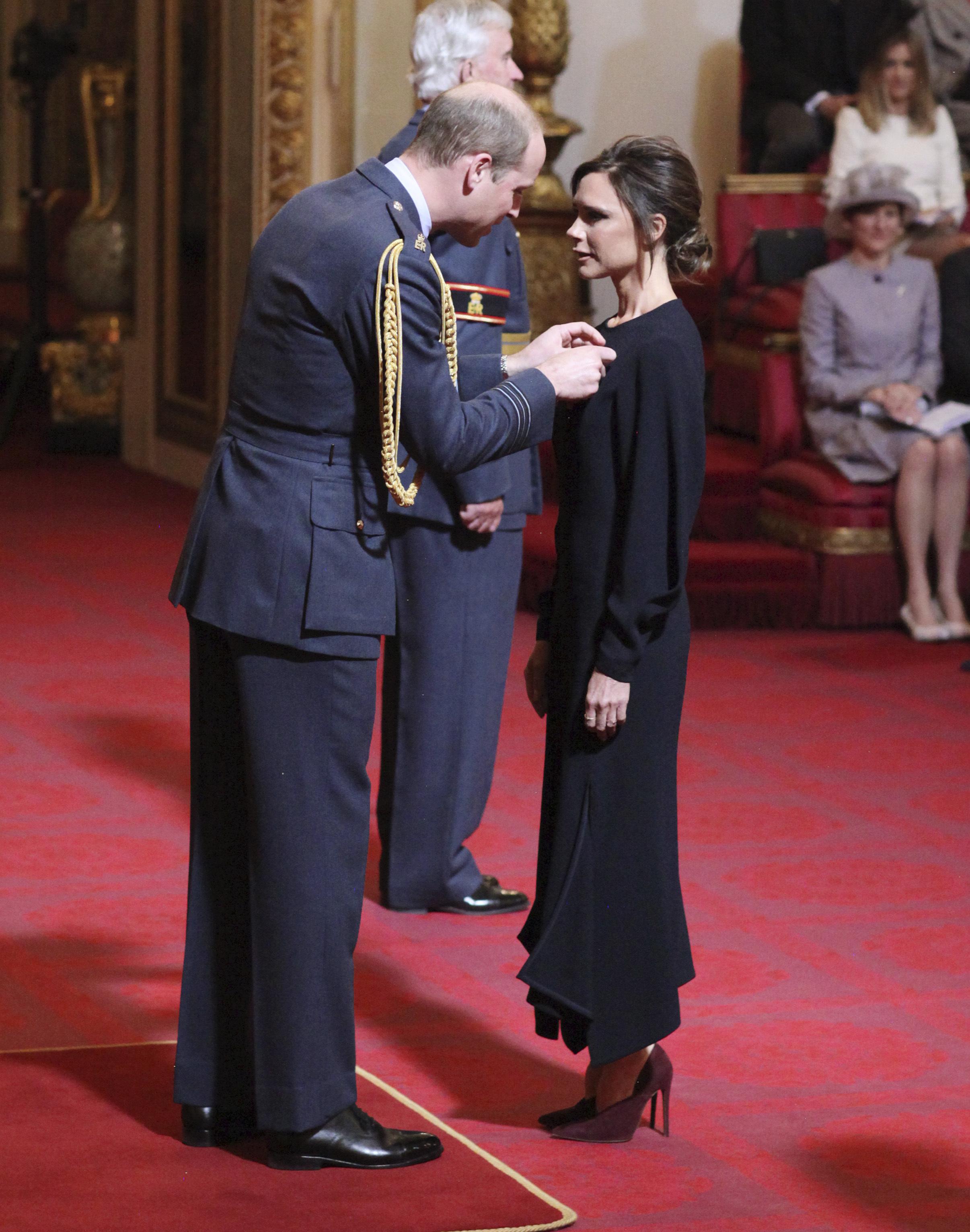 Принц Уилям връчи орден на Виктория Бекъм